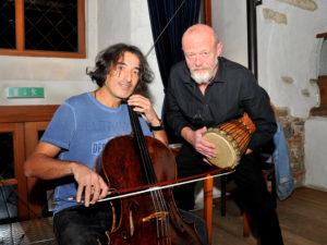 Kabarett/Musik im Salzstadel mit Taner Türker (Chello) und Reiner Tiefenbacher (Musik und Kabarett) Foto Bernhard Lechner